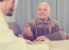 Pensionerad och social anställdpåfyllningsform Royaltyfri Fotografi