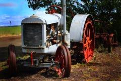 Pensionerad traktor arkivfoto