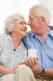 Pensionerade älska åldriga par Fotografering för Bildbyråer