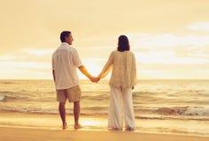 Pensionerade par på stranden royaltyfria bilder