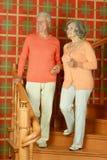 Pensionerade par på trappa med räcket Fotografering för Bildbyråer