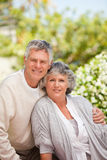 Pensionerade par som ser kameran Arkivfoto