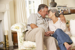 Pensionerat högt parsammanträde på Sofa At Home Together Arkivbild