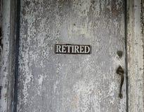 Pensionerat tecken på gammal dörr Arkivbild