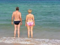 Pensioneres sur la plage photographie stock libre de droits