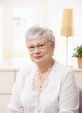 pensionerståendekvinna Arkivfoton