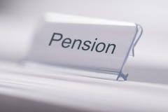 Pensionetikett på tabellen Arkivfoto