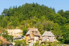 Pensioni per i turisti nelle alpi di Dinaric in Serbia Immagini Stock Libere da Diritti