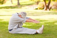 Pensionierte Frau, die sie Ausdehnungen tut Lizenzfreies Stockbild