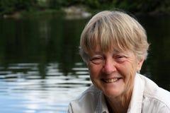 Pensionierte Frau in See Stockbild