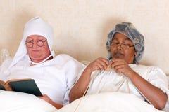 Pensionierte Paare im Bett Lizenzfreie Stockbilder