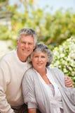 Pensionierte Paare, welche die Kamera betrachten Stockfoto