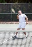 Pensionierter Mann, der Tennis spielt lizenzfreies stockfoto