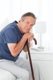Pensionierter Mann mit seinem gehenden Steuerknüppel stockbilder
