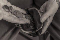 Pensionista británico que pone el dinero en monedero De costo de vida fotos de archivo libres de regalías