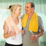 Pensionista com água após a aptidão Foto de Stock Royalty Free