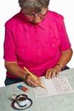 Pensionista con sudoku Imagen de archivo