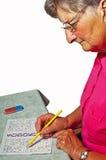 Pensionista con sudoku Fotografía de archivo