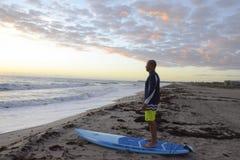 Pensionista da pá no nascer do sol na praia sul imagens de stock royalty free