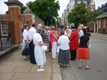 Pensionista de Chelsea que habla con los visitantes Imágenes de archivo libres de regalías