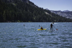 Pensionista do Kayaker e da pá no lago em Califórnia, EUA imagem de stock royalty free