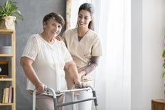 Pensionista e enfermeira imagens de stock