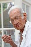 Pensionista en la consumición casera del cuidado fotografía de archivo libre de regalías