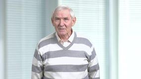 Pensionista enojado descontentado, fondo borroso almacen de metraje de vídeo