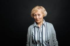Pensionista envejecido trastorno que expresa la compasión dentro imágenes de archivo libres de regalías