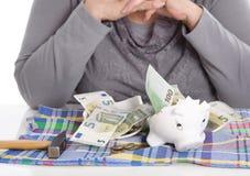 Pensionista femenino feliz después de romper su caja guarra Conce del dinero Imagen de archivo libre de regalías