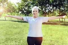 Pensionista fuerte feliz que parece orgulloso y emocionado Fotografía de archivo