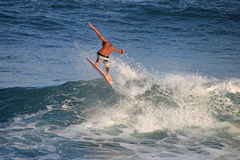 Pensionista incomparável da dança que está na placa e que surfa, praia do EL Zonte, El Salvador Foto de Stock Royalty Free