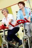 Pensionista na ginástica Fotos de Stock Royalty Free