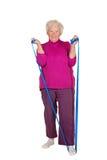 Pensionista que exercita com cinta fotos de stock