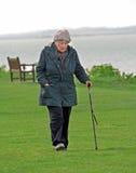 Pensionista que exercita o passeio Fotos de Stock