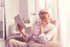 Pensionista sábio moderno que paga durante todo Internet banking fotos de stock