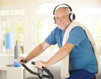 Pensionné actif faisant la rotation avec la musique Images stock
