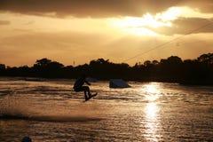 Pensionnaire de sillage au coucher du soleil Image libre de droits