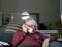 Pensionär på telefonen Fotografering för Bildbyråer