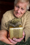 Pensionär som rymmer en gåvaask Royaltyfria Foton