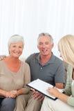 Pensionärer med den hemmastadda doktorn Arkivfoto