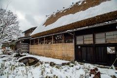 Pensjonat w Shirakawago wiosce w Gifu, Japonia z śnieżną pokrywą zdjęcie stock