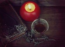 Pentagram, alte Bücher und rote Kerze Stockfotografie