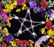 Pentagram de madeira feito à mão no círculo das flores, vista superior fotografia de stock royalty free