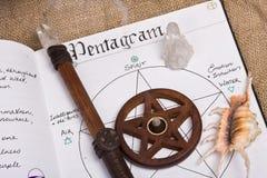 Pentagram - livre des ombres Wicca photographie stock