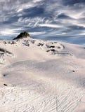 Pente avec des traces des snowboarders et des skieurs. DES Photos stock
