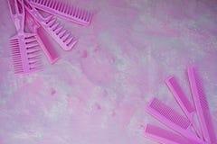 Pente brilhante cor-de-rosa para cabeleireiro Bar da beleza Ferramentas para os penteados Fundo cor-de-rosa barbershop Grupo de e fotos de stock royalty free