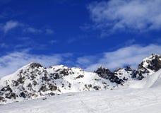 Pente d'Off-pistei au jour d'hiver du soleil image libre de droits