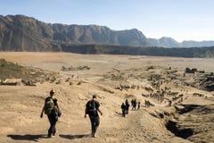 Pente de descente de personnes de bromo de bâti vers la mer du sable chez Java-Orientale, Indonésie Images stock