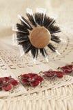 Pente de madeira para os cabelos, o ventilador e a colar Imagem de Stock
